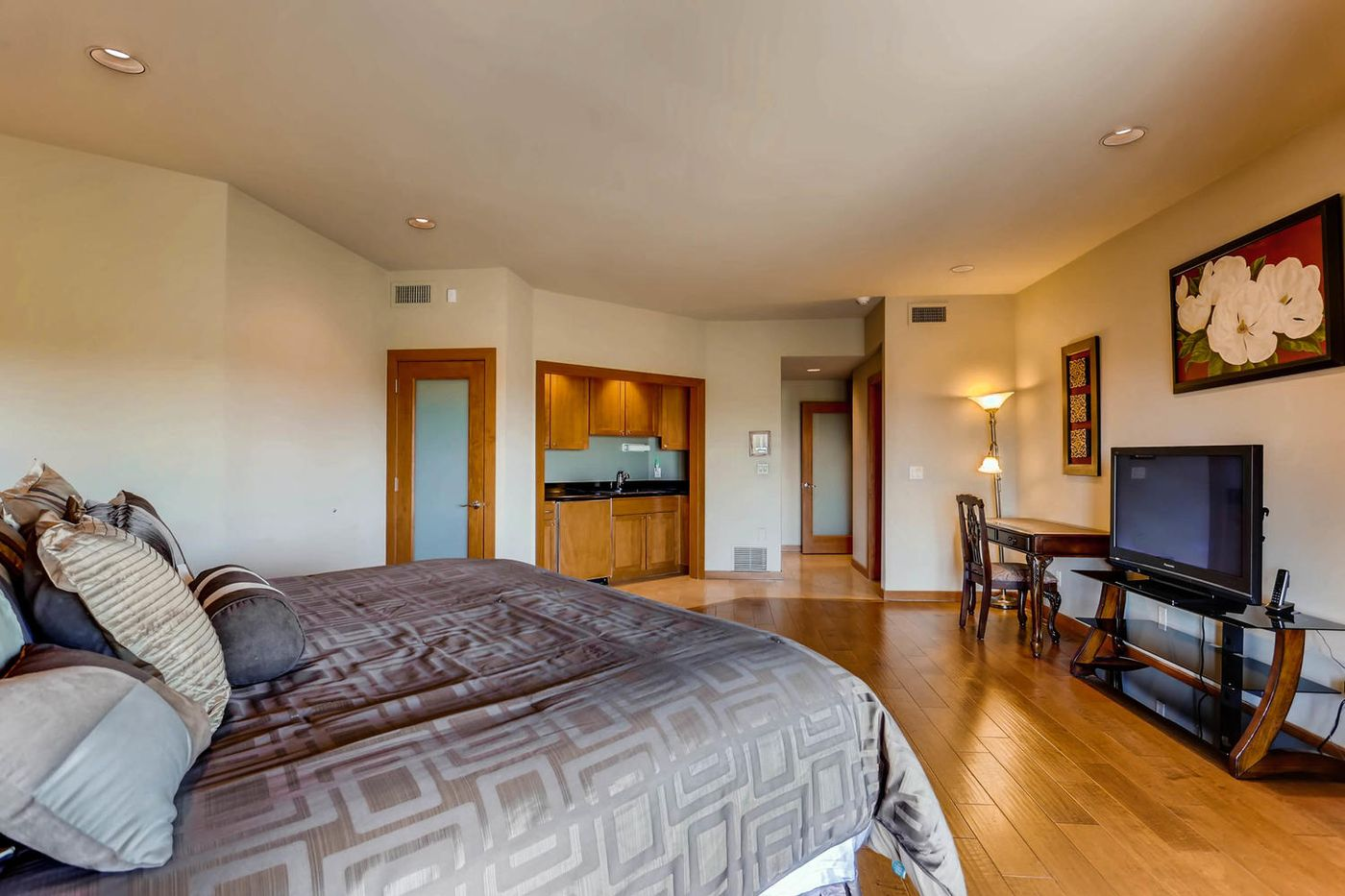 Views from Four Peaks to Town-large-023-30-Lower Level Bedroom-1500x1000-72dpi